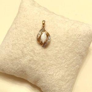 Jewelry - 10k Yellow Gold Opal Pendent 10 chip diamonds 💍